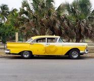 在Playa台尔Este古巴的被恢复的黄色出租汽车 免版税库存图片