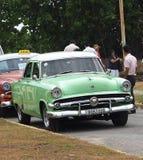 在Playa台尔Este古巴的被恢复的绿色和白色福特 库存照片