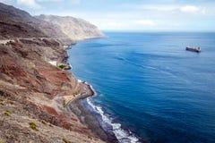 在Playa de海鸥岛海滩的全景与黑沙子和大西洋,特内里费岛 免版税库存图片