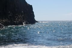 在Playa de萨莫拉奇卡, La Plama黑沙滩的海浪  库存图片
