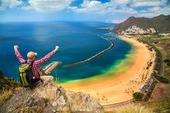 在Playa de Las Teresitas附近的愉快的旅游人 免版税库存图片
