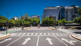 在Plaza de la Avenida 9 de朱利奥的大厦在世界的最大的街道在布宜诺斯艾利斯,阿根廷 epublica在布宜诺斯艾利斯 库存图片