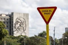 在Plaza de la Revolucion的退让信号在哈瓦那,古巴 免版税图库摄影