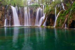 在Plitvice湖的上部瀑布在春天 免版税库存图片