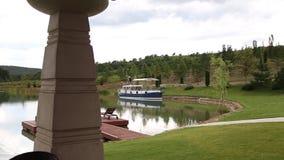 在Plitvice湖的旅游小船 股票视频