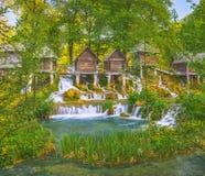 在Pliva湖的历史木watermills在有美好的自然的亚伊采附近在它附近 免版税库存图片