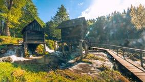 在Pliva湖的历史木watermills在有美好的自然的亚伊采附近在它附近 图库摄影