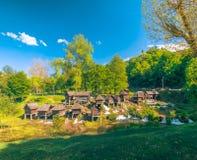 在Pliva湖的历史木watermills在有美好的自然的亚伊采附近在它附近 免版税库存照片