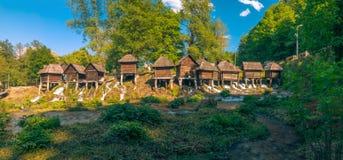 在Pliva湖的历史木watermills在有美好的自然的亚伊采附近在它附近 库存图片