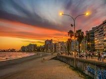 在Pocitos海滩,蒙得维的亚,乌拉圭的日落都市场面 免版税图库摄影
