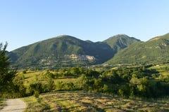 在Poggio Bustone村庄,意大利列蒂谷附近的多小山风景 免版税库存照片