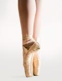 在pointe的芭蕾舞女演员行程 免版税库存图片