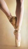 在pointe的芭蕾舞女演员行程 库存照片