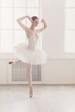 在pointe,经典芭蕾的美好的芭蕾舞女演员舞蹈 免版税库存照片