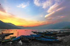 在pokhara尼泊尔的日落 免版税库存图片