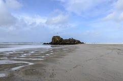 在Polperro海滩,康沃尔郡,英国的岩石 库存图片