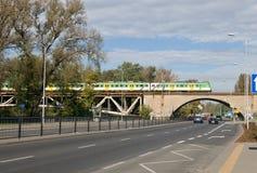 在Poniatowski桥梁的火车在华沙 库存图片