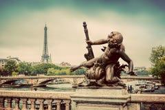 在Pont亚历山大III桥梁的雕象在巴黎,法国 埃菲尔河围网塔 库存图片