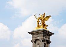 在Pont Alexandre III桥梁1的金黄雕塑 免版税库存照片