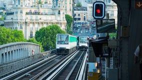 在pont de Bir Hakeim桥梁的地铁火车 影视素材
