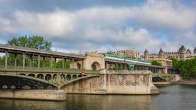 在pont de Bir Hakeim桥梁的地铁火车 股票视频
