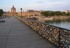 在Pont des Arts桥梁的数十万把锁, 库存照片