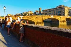 在Ponte圣诞老人Trinita的城市视图在佛罗伦萨,意大利 库存照片