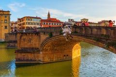 在Ponte圣诞老人Trinita的城市视图在佛罗伦萨,意大利 免版税库存照片