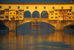 在ponte河vecchio的亚诺河 免版税库存照片