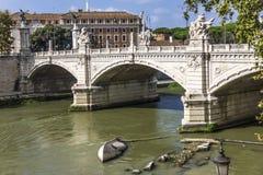在Ponte Sant `安吉洛与它美好的雕塑,罗马,意大利的看法 免版税库存图片