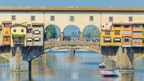 在Ponte Vecchio的看法在一晴天timelapse,在阿尔诺河的中世纪石分装式曲拱桥梁,  股票录像