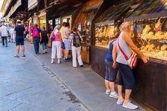 在Ponte Vecchio的金银手饰店在佛罗伦萨 免版税库存照片