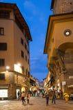 在Ponte Vecchio附近的人们在佛罗伦萨在晚上 免版税库存照片