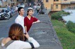在Ponte Vecchio附近的照片写真与两个年轻亚裔恋人 免版税库存照片
