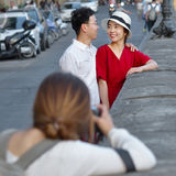 在Ponte Vecchio附近的照片写真与两个年轻亚裔恋人 免版税图库摄影