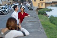 在Ponte Vecchio附近的照片写真 库存图片