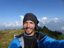 在Poon小山,道拉吉里峰范围,尼泊尔的远足者selfie 免版税图库摄影