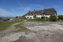 在Porlock测流堰的俏丽的村庄 库存图片