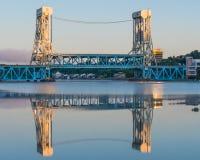 在Portage湖(Houghton汉考克)升降吊桥,汉考克, MI的黎明 库存图片