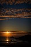 在Porth海滩,康沃尔郡,英国的太阳设置 免版税库存图片