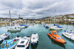 在Porthlevan历史的捕鱼港口的小船 免版税库存照片