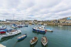 在Porthlevan历史的捕鱼港口的小船 库存照片