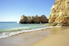 在portimao葡萄牙普腊亚rocha岩石附近的da 免版税库存图片