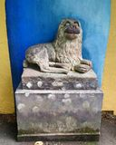 在Portmeirion, Gwynedd,威尔士,英国的狗雕象 免版税库存图片