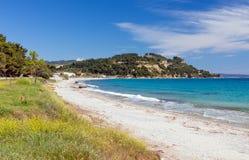 在Possidi村庄, Halkidiki,希腊附近的美丽的海滩 免版税库存图片