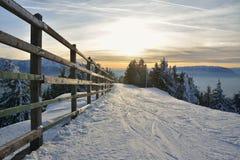 在Postavaru山的冬天日落 免版税库存图片
