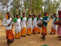 在Poushmela的Santhali传统部族舞蹈在森蒂尼盖登,博尔普尔,WestÂ孟加拉 免版税图库摄影