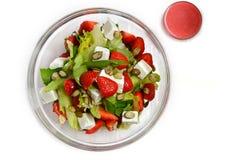 在pozrachnoy板材的沙拉用草莓、向日葵种子、乳酪、绿色和调味汁 库存图片