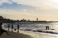 在Praia de Iracema Beach的日落在福特莱萨,塞阿拉州,巴西 库存照片