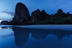 在Pranang海滩的日落。Railay,甲米府泰国 免版税库存照片